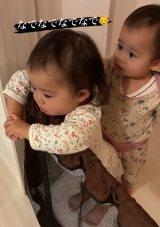 泣いてるお姉ちゃんを優しく抱きしめる妹ちゃん
