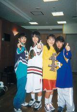 同梱のヴィジュアルBOOKより結成初期のSPEED(左から)上原多香子、島袋寛子、今井絵理子、新垣仁絵