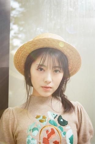 『浜辺美波 カレンダー 2021.04-2022.03』より 撮影:後藤啓太(W)