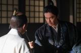 秀吉を問いただす明智光秀(長谷川博己)=大河ドラマ『麒麟がくる』第41回(1月17日放送) (C)NHK