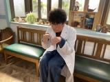 コミック版『にじいろカルテ』番組連動CMより。おかしな行動をはじめる朔先生(井浦新)(C)tv Asahi2020