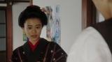 小暮からある話しを聞く竹井千代(杉咲花)=連続テレビ小説『おちょやん』第7週・第34回より (C)NHK