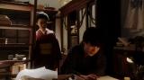 鶴亀撮影所の脚本部で一平(成田凌)と話しをする千代(杉咲花)=連続テレビ小説『おちょやん』第7週・第34回より (C)NHK
