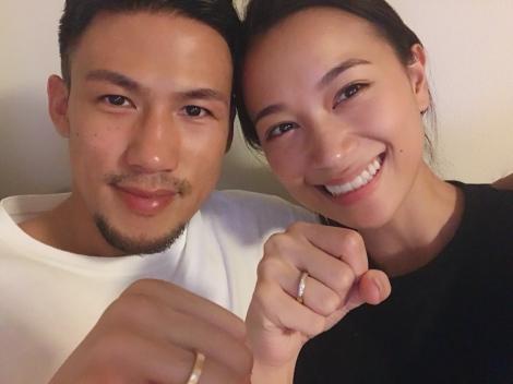 サムネイル 結婚した(左から)卜部弘嵩選手、高橋ユウ