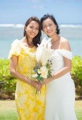 ハワイで挙式した高橋ユウと姉の高橋メアリージュン(左)(C)ワタベウェディング