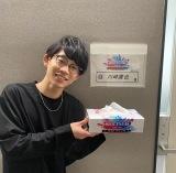 『ミュージックステーション』に初出演し、名物ティッシュを手に笑顔の川崎鷹也