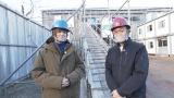 30日放送のNHK・BSプレミアム『解体キングダム 築400年の古刹を解体せよ』に出演する(左から)伊野尾慧、城島茂(C)NHK