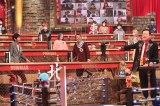 バラエティー『超逆境クイズバトル!!99人の壁』に登場する(左から)山根良顕(アンガールズ)、田中卓志(アンガールズ)、佐藤二朗(C)フジテレビ
