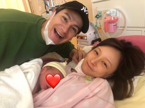 サムネイル 第1子出産を報告したJOY&わたなべ麻衣夫妻(写真は事務所許諾済み)
