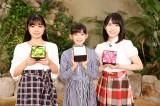それぞれのメンバーカラーの花を手にしたアンジュルム新メンバー(左から)ら川奈凜、松本わかな、為永幸音