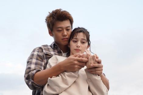 日曜ドラマ『君と世界が終わる日に』に出演する竹内涼真、中条あやみ (C)日本テレビ