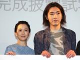 映画『痛くない死に方』完成披露舞台挨拶に出席した(左から)坂井真紀、柄本佑 (C)ORICON NewS inc.
