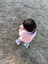 "Seiko Darvish オフィシャルブログ『Living in the dream. Enjoying the journey』より1歳の娘が""変化球""を練習する姿を公開"