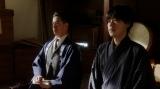 左から、熊田(西川忠志)、天海一平(成田凌)。 新劇団稽古場で役者たちにあることを伝える一平=連続テレビ小説『おちょやん』第9週・第45回より (C)NHK