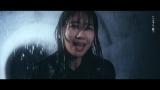 土砂降りの雨に打たれてずぶ濡れになる柏木由紀=ソロシングル「CAN YOU WALK WITH ME??」MV