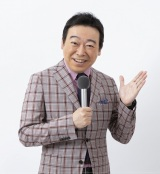 『NHKのど自慢〜おうちでパフォーマンス〜』司会の小田切千アナウンサー(C)NHK