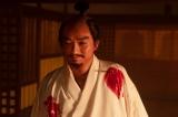 本能寺に火を放てと命じる織田信長(染谷将太)(C)NHK