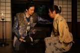 菊丸(岡村隆史)にあることを託す光秀(長谷川博己)=大河ドラマ『麒麟がくる』第44回「本能寺の変」より (C)NHK