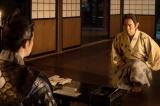 「光秀を支えるように」と、家康は菊丸(岡村隆史)を送る=大河ドラマ『麒麟がくる』第44回より(C)NHK