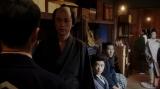 (左から)熊田(西川忠志)、天海一平(成田凌)、竹井千代(杉咲花)、須賀廼家徳利(大塚宣幸)。 えびす座・前室にて。熊田からあることを言われる一平=連続テレビ小説『おちょやん』第10週・第47回より (C)NHK