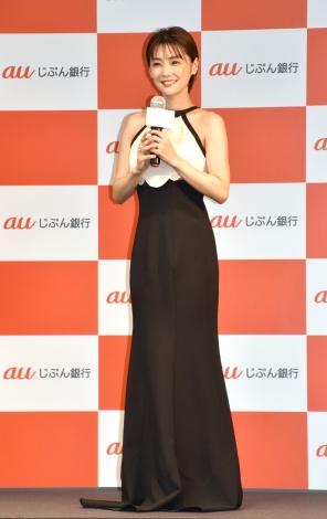 エレガントなドレス姿で登場した倉科カナ=『「au じぶん銀行」行名変更1周年記念記者発表会』 (C)ORICON NewS inc.