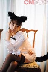 小宮有紗、文学的な猫になりきり