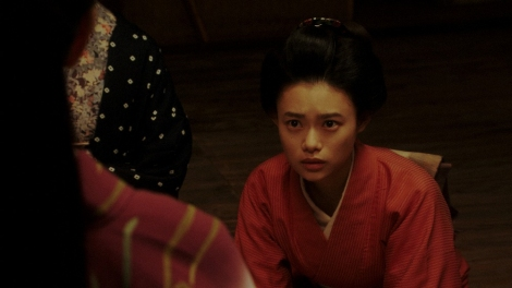 ある人の話を聞く竹井千代(杉咲花)=連続テレビ小説『おちょやん』第10週・第49回より (C)NHK