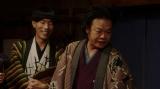 役者たちにあることを言う千之助(星田英利/右)と金魚のフンみたいな百久利(坂口涼太郎/左)=連続テレビ小説『おちょやん』第10週・第49回より (C)NHK
