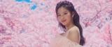咲き誇る桜の映像を背に美しさも満開のSANA