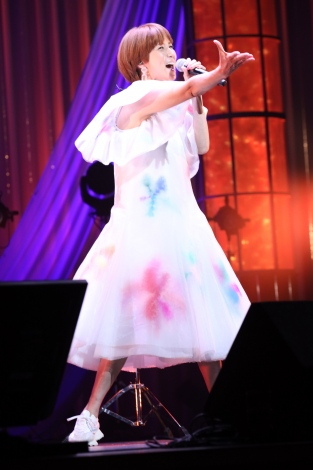 『LIVE EMPOWER CHILDREN 2021 supported by Aflac』に出演したhitomi