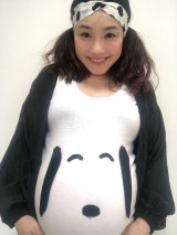 自作スヌーピーTシャツでセルフマタニティフォト撮影をした平野ノラ (写真はブログより)