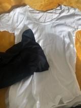 夫の白いTシャツや黒い布を使い自作スヌーピーTシャツを作る平野ノラ (写真はブログより)