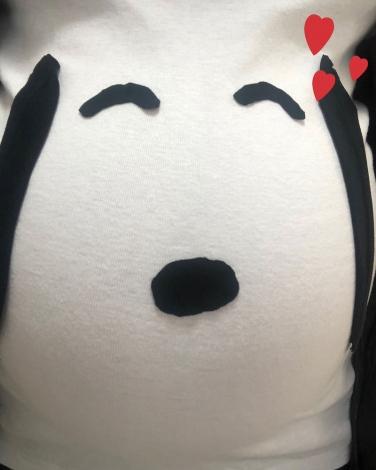大きなお腹で自作のスヌーピーTシャツを着た平野ノラ (写真はブログより)