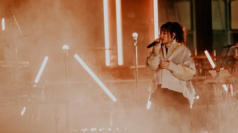 ボーカルのikura=YOASOBI初のワンマンライブ『KEEP OUT THEATER』 Photo by Kato Shumpei
