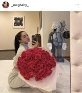 三代目 J SOUL BROTHERSのELLYからもらったバラの花束を抱えるMEGBABY(写真はインスタグラムより)