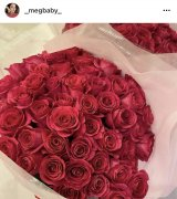 MEGBABYがELLYからプレゼントされたバラの花束(写真はインスタグラムより)