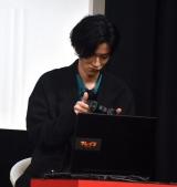 慣れないゲームのコントローラーに戸惑う渡邊圭祐=映画『ブレイブ -群青戦記-』の天下人に挑戦イベント (C)ORICON NewS inc.