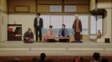 (左から)須賀廼家千之助(星田英利)、天海一平(成田凌)、竹井千代(杉咲花)、須賀廼家天晴(渋谷天笑)、小山田正憲(曽我廼家寛太郎)。えびす座で芝居をする一同=連続テレビ小説『おちょやん』第11週・第55回より (C)NHK