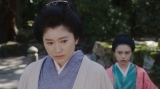みつえの話を聞くシズ(篠原涼子)=連続テレビ小説『おちょやん』第11週・第55回より (C)NHK
