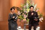 MCの石丸幹二(2017年4月、6代目司会者に就任)と、武内絵美アナウンサー(C)テレビ朝日