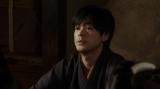 劇団員に話しをする天海一平(成田凌)=連続テレビ小説『おちょやん』第12週・第56回より (C)NHK
