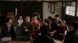 一平と熊田の話を聞く一同=連続テレビ小説『おちょやん』第12週・第56回より (C)NHK