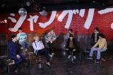 オレンジスパイニクラブに一発ギャグを伝授するTHE RAMPAGEの浦川翔平(後列左から2人目)