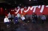 Hakubiにドッキリを仕掛けるベンジャミン・ミズタ(前列中央)