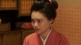 ある人と話しをする竹井千代(杉咲花)=連続テレビ小説『おちょやん』第12週・第57回より (C)NHK