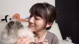 愛猫と見つめ合う大島由香里