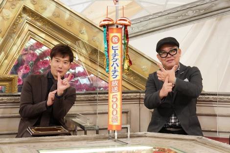 中山優馬のイニシャルYポーズをする兵動大樹(右)&川島壮雄アナウンサー