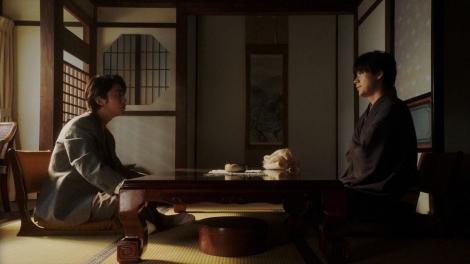 ヨシヲ(倉悠貴)と話しをする一平(成田凌)=連続テレビ小説『おちょやん』第12週・第59回より (C)NHK