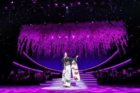 舞台『坂本冬美芸能生活35周年記念公演』より坂本冬美「艶歌の桜道」(撮影:田中聖太郎)