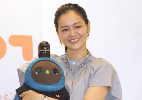 我が子のように『LOVOT』を抱く黒谷友香=家族型ロボット『LOVOT(らぼっと)』の公式アンバサダー就任記者会見 (C)ORICON NewS inc.